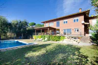 Beautiful detached house in a prestigious community close to Barcelona and the beach